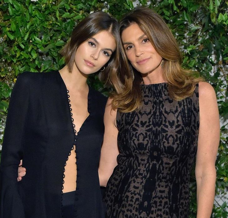 21 Famous Moms Who Look More Like Friends to Their Daughters