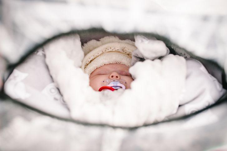 Prečo rodičia v chladných krajinách nechávajú svoje deti zdriemnuť si vonku