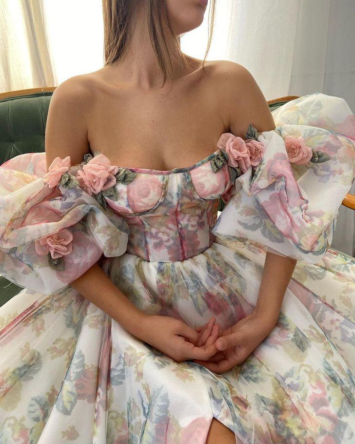Žena vychovávaná v chudobe si splní svoj sen a svojimi ručne vyrobenými šatami si získa srdcia milióna ľudí.