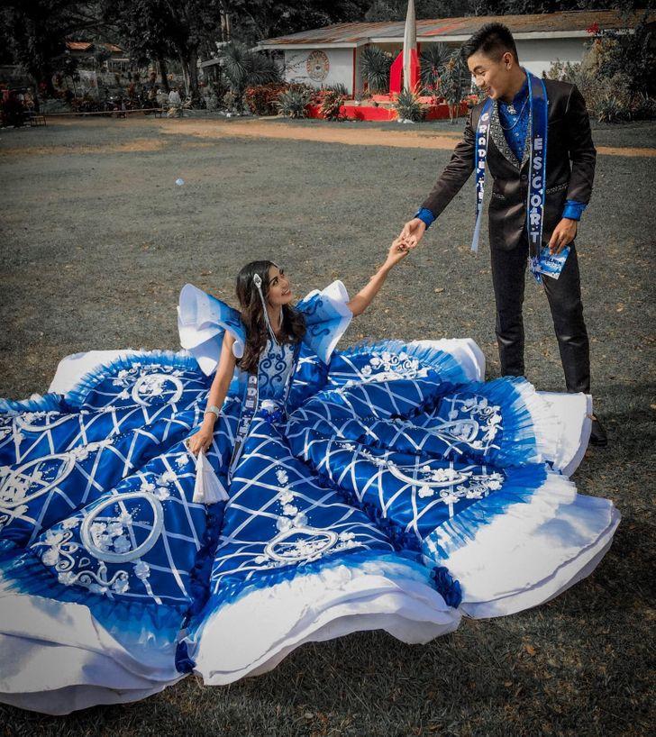 Chlap vytvorí pre svoju sestru plesové šaty potom, čo zistil, že sú ich rodičia, si nemohol dovoliť