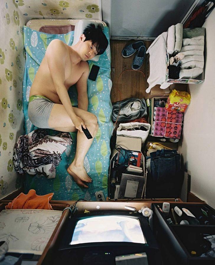 Fotograf ukazuje drsnú realitu bývania v izbách s plochou 43 štvorcových stôp v Južnej Kórei