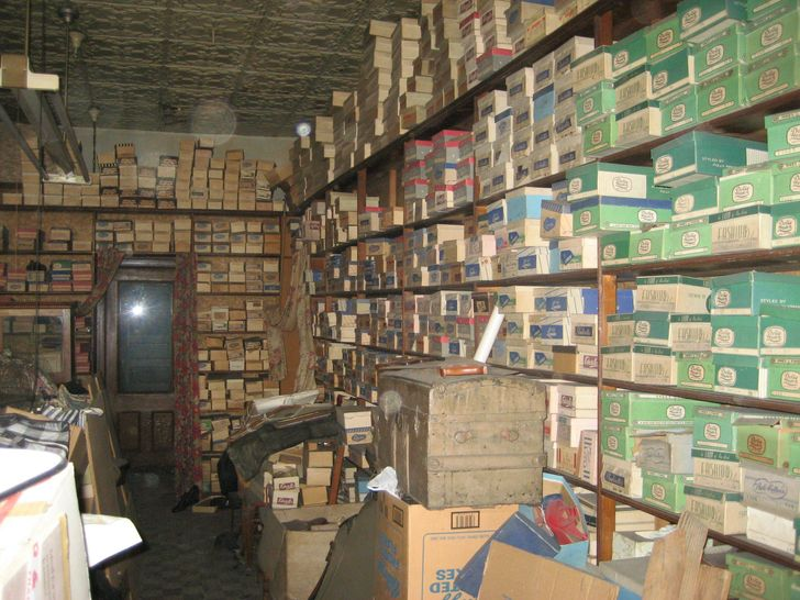20+People Shared What They Found inTheir Grandparents' Attics. Are These Things Even From Our Planet?